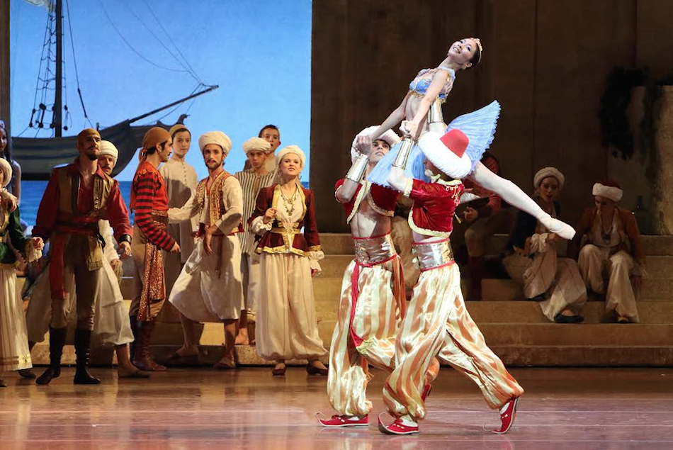 Bayerisches Staatsballett ensemble in Le Corsaire