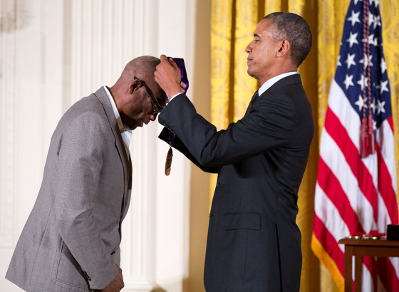 Barak Obama awarding choreographer Bill T. Jones with the 2013 National Medals of the Arts